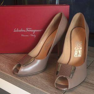 Salvatore Ferragamo Bayan Taupe Peep Toe Heels 9